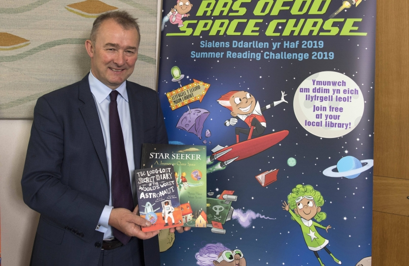 Simon Hart MP supports the summer reading challenge